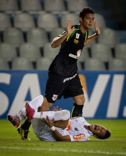 Neymar fica no chão e pede falta; jogador do Vitória diz que não fez nada