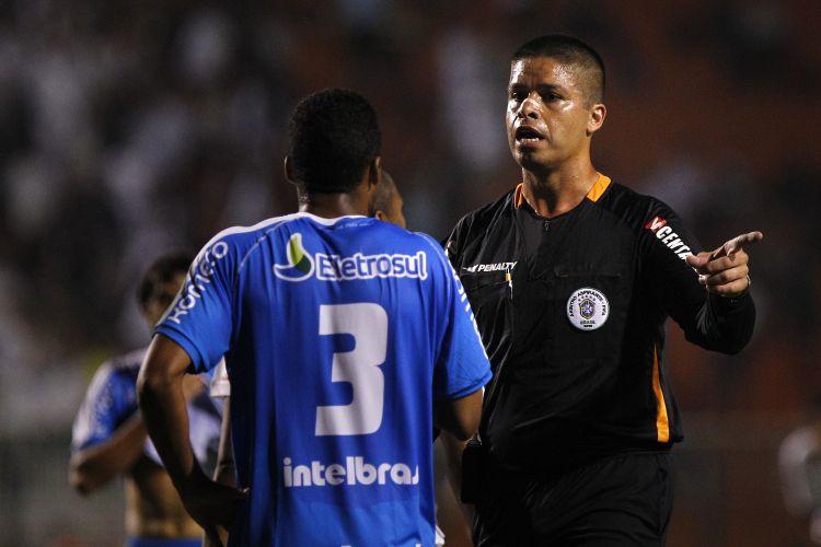 Árbitro alagoano Francisco Nascimento gesticula com jogador do Avaí