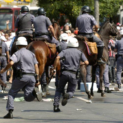 Forte esquema de segurança foi montado para evitar confrontos entre torcedores no clássico entre São Paulo e Corinthians no estádio do Morumbi