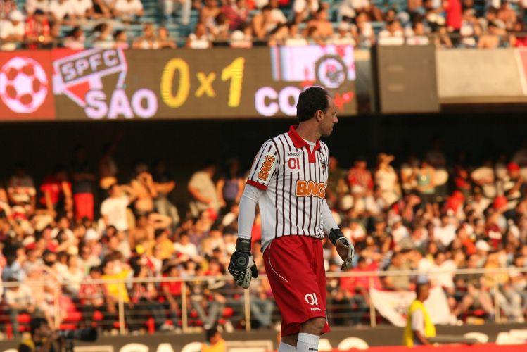 O goleiro Rogério Ceni com o placar ao fundo apontando 1 a 0 para o Corinthians sobre o São Paulo
