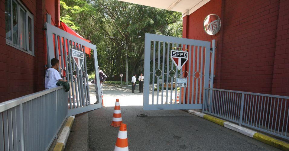 Depois da derrota no clássico contra o Corinthians, o portão do centro de treinamento do São Paulo, que fica no bairro paulistano da Barra Funda, amanheceu danificado. O clube diz não saber do motivo da ocorrência, mas suspeita de uma tentativa criminal de invasão.