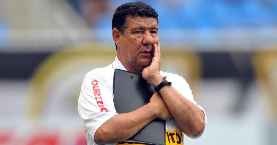 Técnico Joel Santana observa seus comandados no jogo entre Botafogo e Internacional no Engenhão