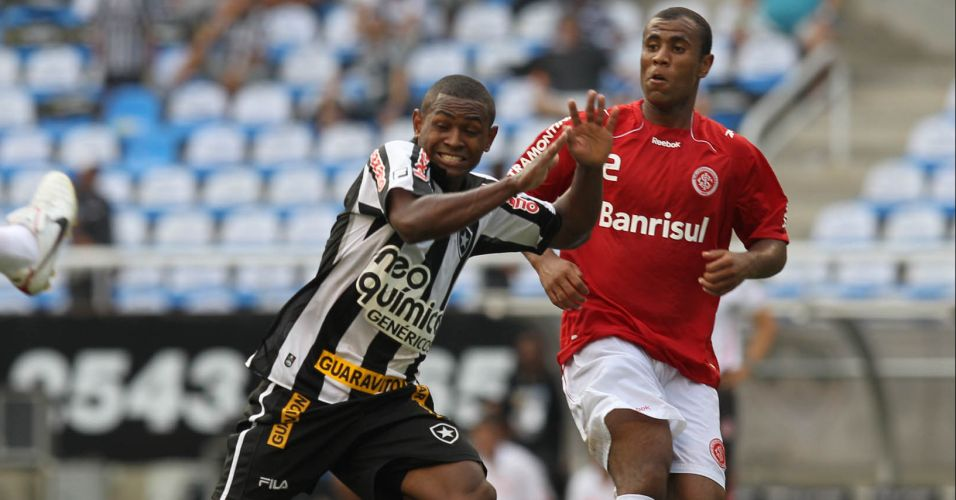 Jobson tenta passar pela marcao do Internacional em jogo no Engenho
