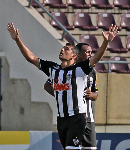Diego Souza comemora o seu gol na vitória por 2 a 0 sobre o Palmeiras em Araraquara