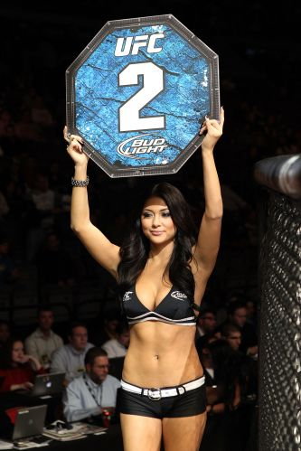 Ring girl Arianny Celeste anuncia segundo round da luta entre TJ O'Brien e Paul Kelly no UFC 123