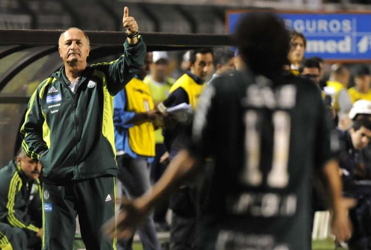 Tcnico Luiz Felipe Scolari gesticula na derrota do Palmeiras de virada, por 2 a 1, para o Gois; rebaixado no Brasileiro, time esmeraldino est na final da Sul-Americana