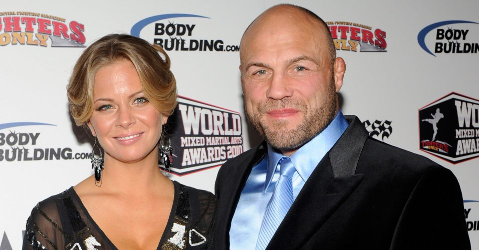 Randy Couture, estrela do MMA, e Annie Stanley chegam para o Fighters Only World Mixed Martial Arts Awards 2010, o Oscar do MMA, no Palms Casino Resort, em Las Vegas