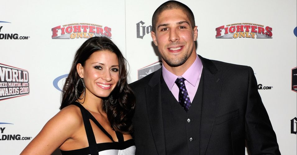 O lutador Brendan Schaub e Andrea Thompson posam para fotos antes do Fighters Only World Mixed Martial Arts Awards 2010, o Oscar do MMA, no Palms Casino Resort, em Las Vegas