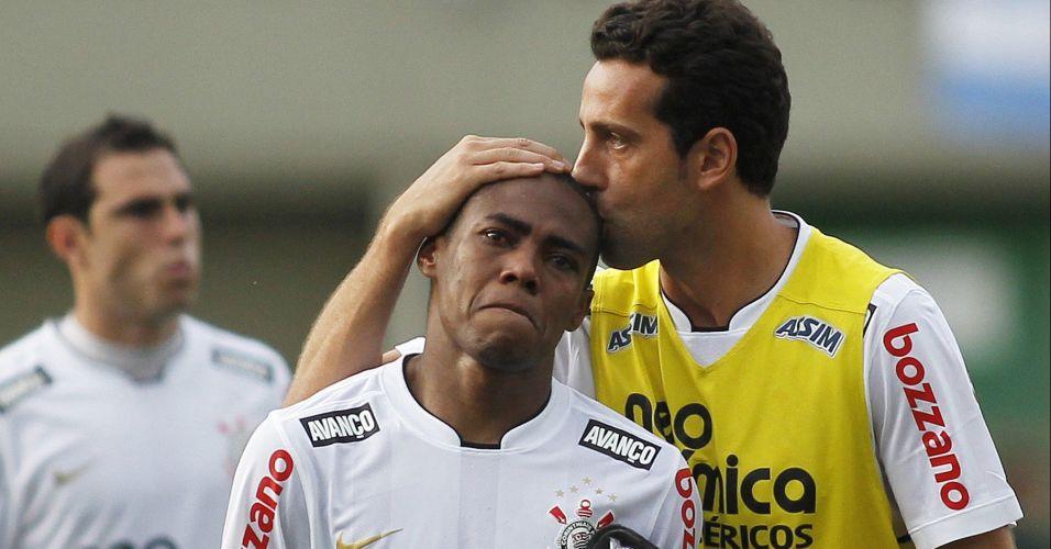 Elias é consolado por Edu após a perda do título brasileiro; volante anunciou que deixa o Corinthians para defender o Atlético de Madri