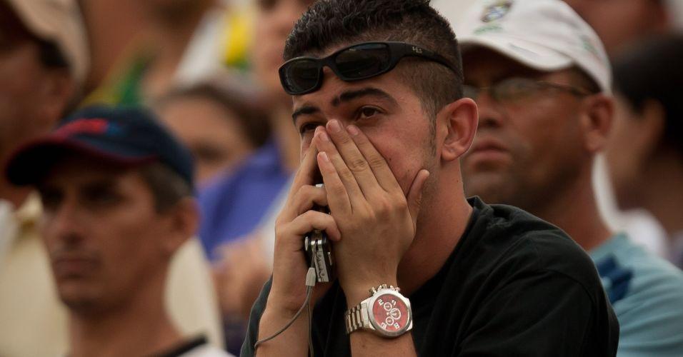 Torcedor do Corinthians lamenta o empate por 1 a 1 contra o Goiás; time paulista ficou com a terceira colocação do Brasileiro e encerrou ano do centenário sem conquistar sequer um título