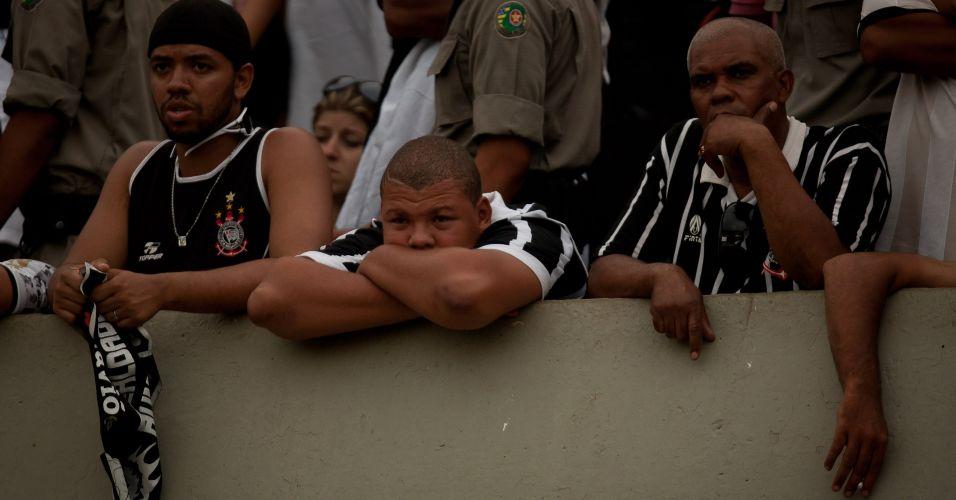 Torcedores do Corinthians lamentam o empate por 1 a 1 contra o Goiás; time paulista ficou com a terceira colocação do Brasileiro e encerrou ano do centenário sem conquistar sequer um título
