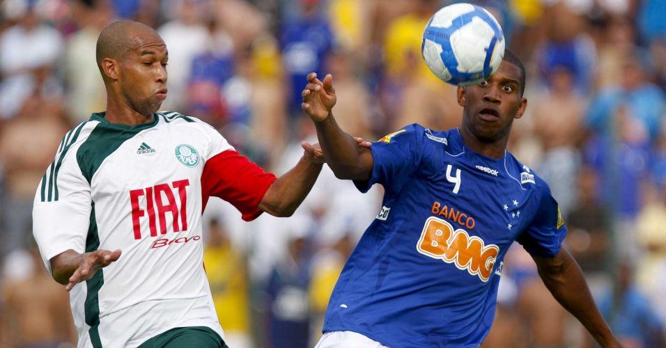 Dinei e Gil disputam jogada no duelo entre Cruzeiro e Palmeiras em Sete Lagoas