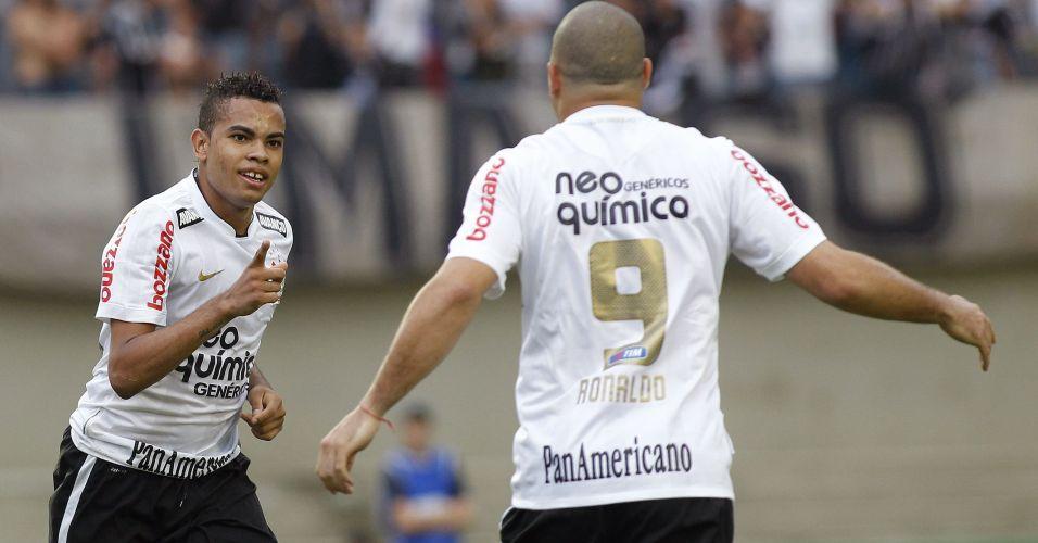 Dentinho comemora após marcar para o Corinthians contra o Goiás no Serra Dourada; time paulista não passou de um empate por 1 a 1, terminou em terceiro lugar e encerrou o ano de seu centenário sem conquistar sequer um título