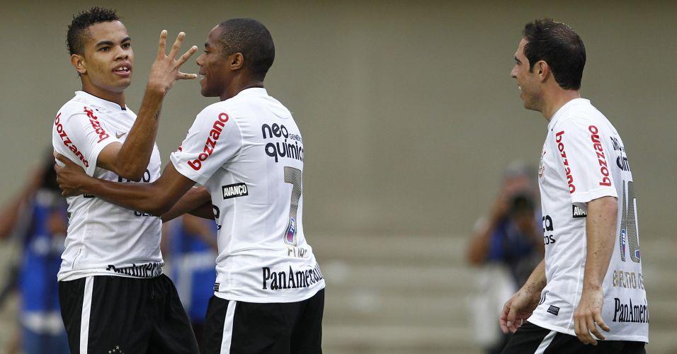 Dentinho é abraçado por Elias após marcar para o Corinthians contra o Goiás; time paulista não passou de um empate por 1 a 1, terminou em terceiro lugar e encerrou o ano de seu centenário sem conquistar sequer um título