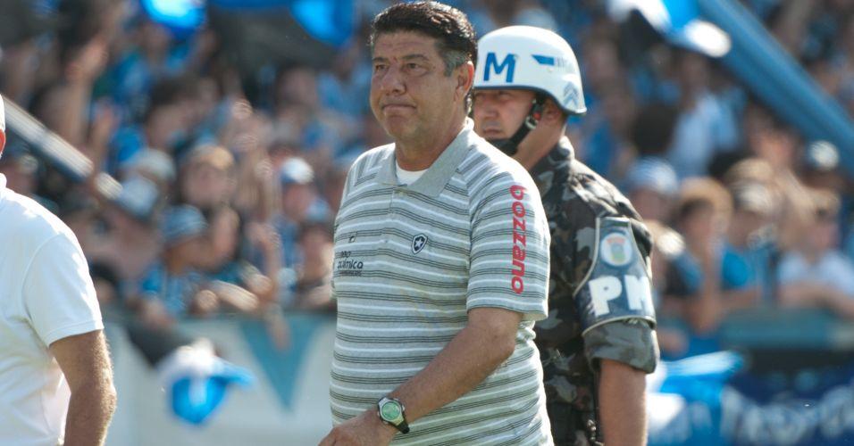 Técnico Joel Santana deixa o campo após ser expulso no jogo entre Grêmio e Botafogo no Olímpico
