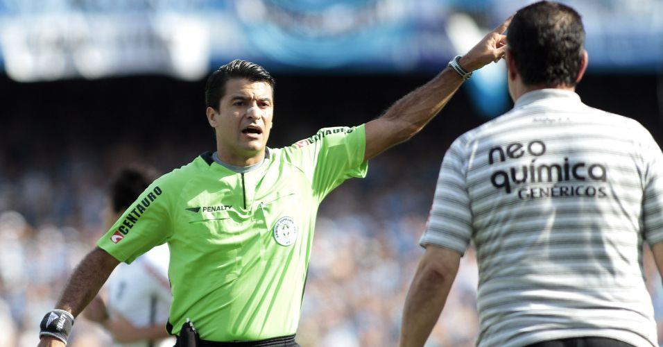 Árbitro Sandro Meira Ricci expulsa o técnico Joel Santana durante o jogo entre Grêmio e Botafogo no Olímpico