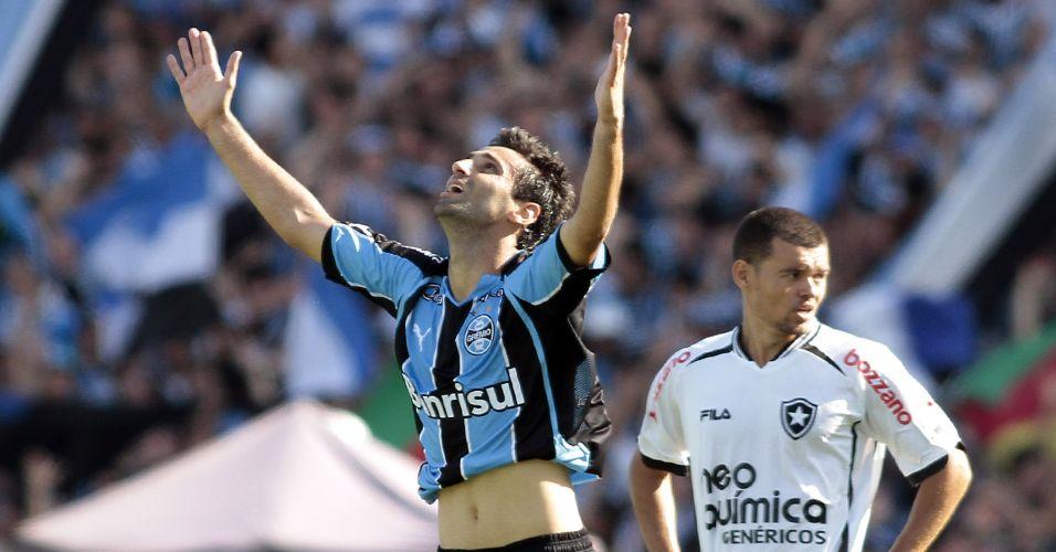 Jonas comemora após marcar o segundo gol do Grêmio contra o Botafogo no Olímpico; time gaúcho conquistou o quarto lugar e agora 'seca' o Goiás na decisão da Sul-Americana para ficar com a vaga na Libertadores