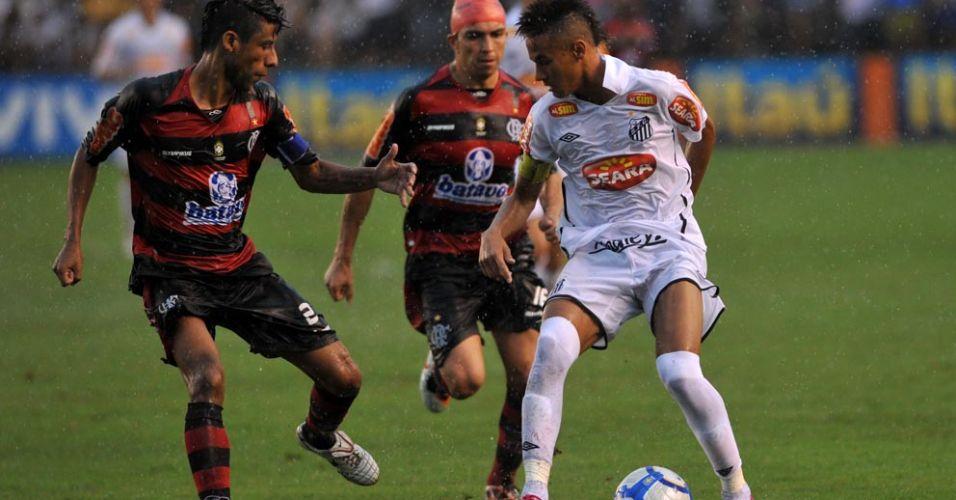 Neymar encara a marcação de Léo Moura no empate por 0 a 0 contra o Flamengo na Vila Belmiro
