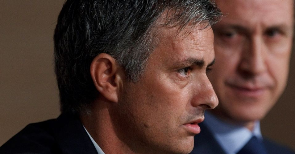 Na véspera de enfrentar o maior rival, o Barcelona, o treinador do Real Madrid, José Mourinho, se recusou a responder perguntas na entrevista coletiva e a função ficou a cargo do assistente Aitor Karanka. Com a decisão de Mourinho em não falar, cerca de 30 jornalistas espanhóis deixaram o local.