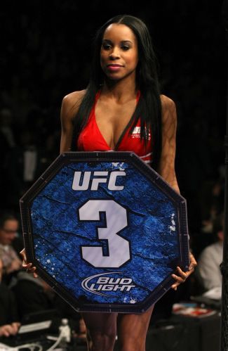 Chandella Powell desfila com placa durante o UFC 125