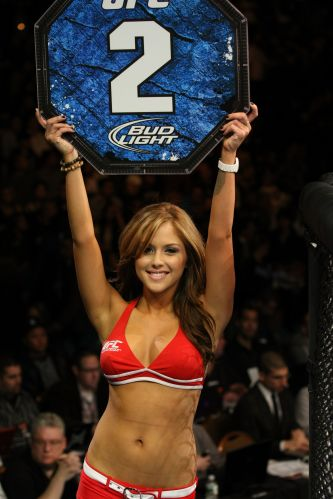 Brittney Palmer desfila com placa durante o UFC 125