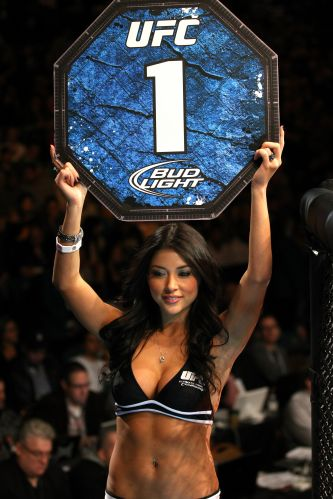Arianny Celeste, a modelo mais famosa do UFC, mostra placa durante luta da edio 125