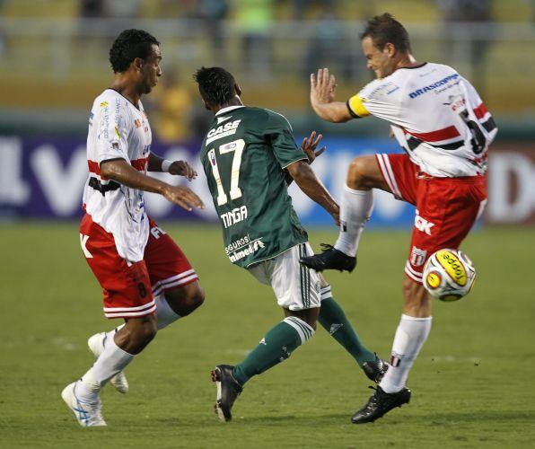 Marcador por dois jogadores do Botafogo-SP, palmeirense Tinga sai em desvantagem no empate sem gols na estreia das equipes no Paulistão