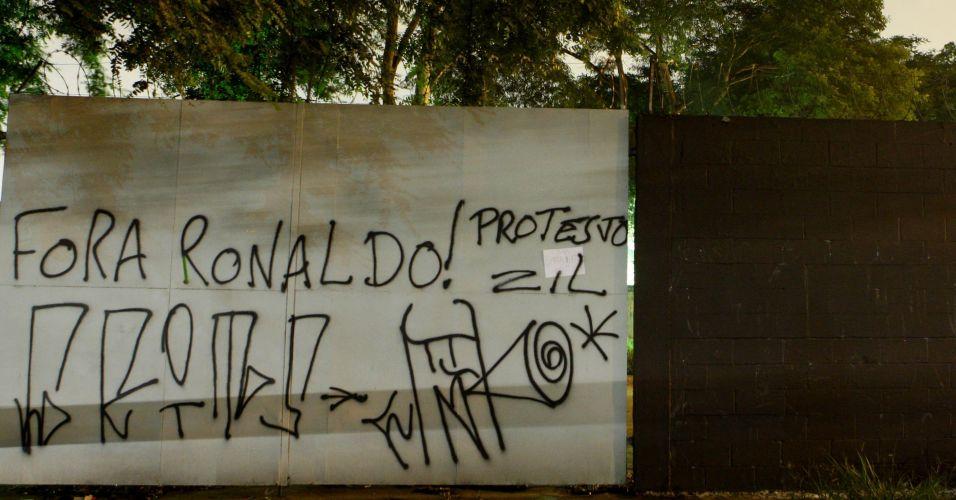 Os muros do Parque São Jorge foram pichados; principal alvo foi Ronaldo, que recebeu pedidos para abandonar o Corinthians