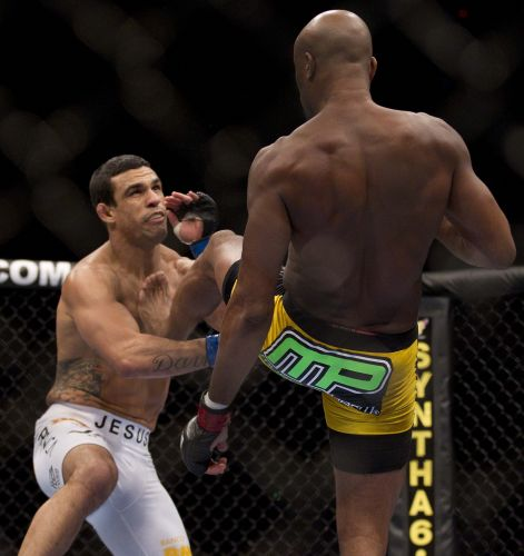 Anderson Silva (d) não se importou com as vaias no Mandalay Bay Center, em Las Vegas. Ele derrotou Vitor Belfort com um chute cinematográfico logo no primeiro round e manteve o cinturão dos médios do UFC