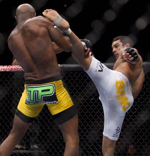 Vitor Belfort tenta acertar um golpe em Anderson Silva durante a luta, realizada no Mandalay Bay Center, em Las Vegas. Com um chute cinematográfico, Anderson derrotou o adversário e manteve o cinturão dos médios do UFC