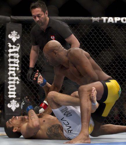 Anderson Silva não precisou de muito tempo para derrotar Vitor Belfort, em luta realizada no Mandalay Bay Center, em Las Vegas. Logo no primeiro round, Anderson acertou um chute cinematográfico no adversário para manter o cinturão dos médios do UFC em grande estilo