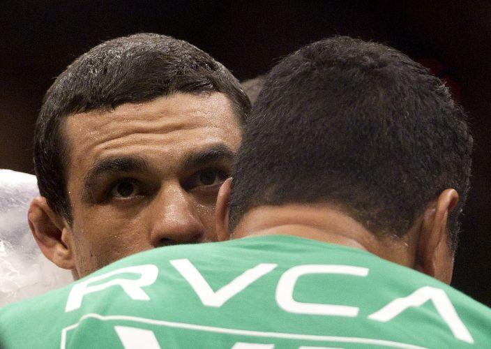 Vitor Belfort conversa com o treinador após ser derrotado por Anderson Silva. Em luta realizada no Mandalay Bay Center, em Las Vegas, Anderson manteve o cinturão dos médios do UFC com um chute cinematográfico