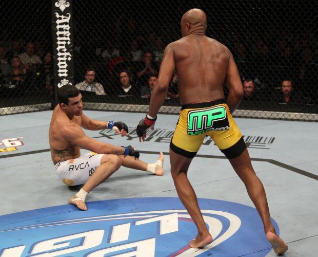 Anderson Silva derrotou Vitor Belfort logo no primeiro round e manteve o cinturão dos médios do UFC. Lutador ignorou as vaias no Mandalay Bay Center, em Las Vegas (EUA) e derrotou o adversário com um chute cinematográfico