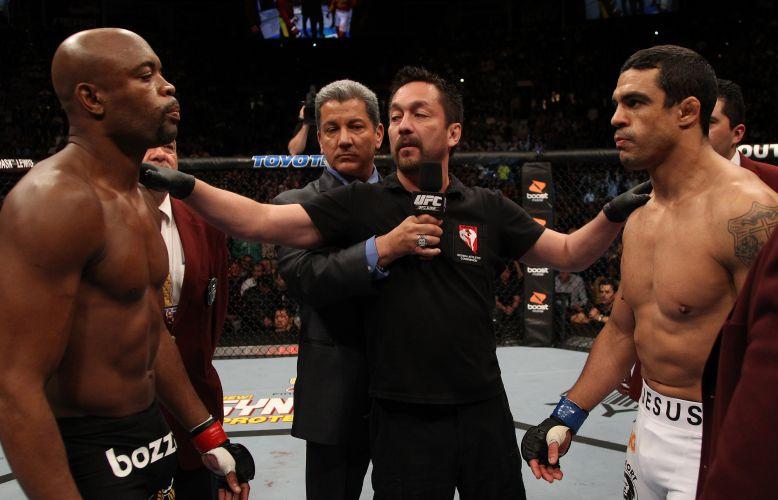 Anderson Silva e Vitor Belfort se encaram antes do início da luta no Mandalay Bay Center, em Las Vegas (EUA). No primeiro round, Anderson derrotou o adversário com um chute cinematográfico