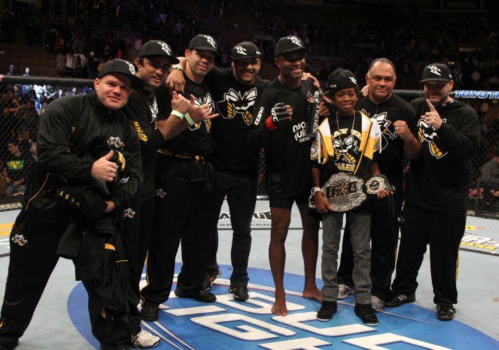 Anderson Silva, com a camisa do Corinthians, comemora com sua equipe a manutenção do cinturão dos médios do UFC. Ele derrotou Vitor no primeiro round, em luta realizada no Mandalay Bay Center, em Las Vegas (EUA)