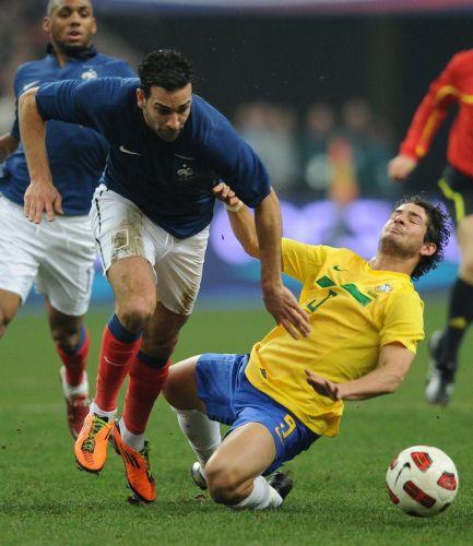 Pato sofre falta em amistoso contra a França. Os franceses venceram a partida por 1 a 0.