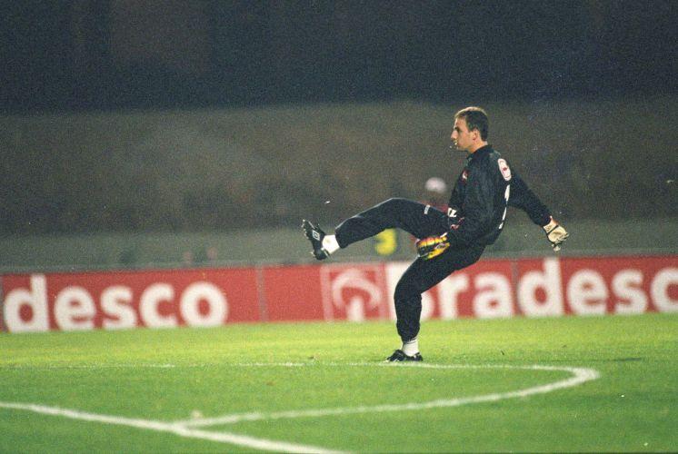 Rogério marca seu segundo gol de falta na carreira. O jogo ocorreu contra o Botafogo, em 13 de setembro de 1997. O camisa chuta...