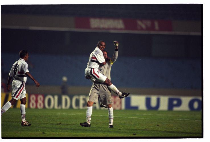 Rogério abraça Anderson Lima após fazer gol de falta contra o San Lorenzo, pela Mercosul de 1999. O São Paulo derrotou o San Lorenzo de Almagro por 4 a 1