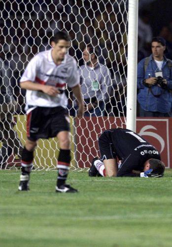 Em 2000, o primeiro grande tropeço com o gol sofrido no último minuto na final da Copa do Brasil contra o Cruzeiro