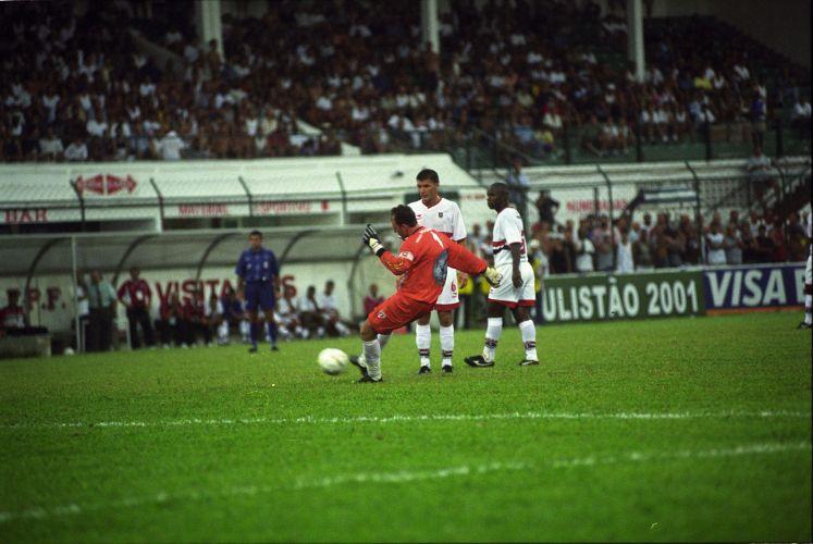 Sequência do lance que resultou no 18º gol de Rogério na carreira. 17 de março de 2001. O duelo foi contra a Portuguesa Santista, em Santos.