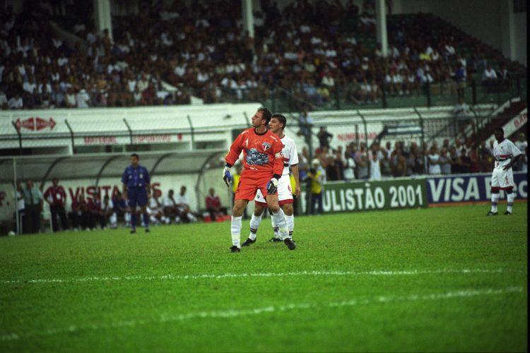Sequência do lance que resultou no 18º gol de Rogério na carreira. 17 de março de 2001. O duelo foi contra a Portuguesa Santista, em Santos. Ceni já se ajeita para comemorar