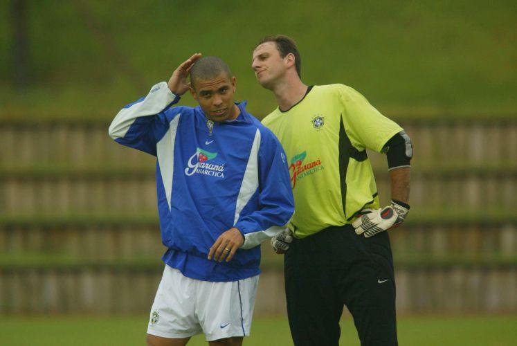 Rogério observa cabeça de Ronaldo. Reserva na seleção, Rogério conquistou o pentacampeonato mundial em 2002