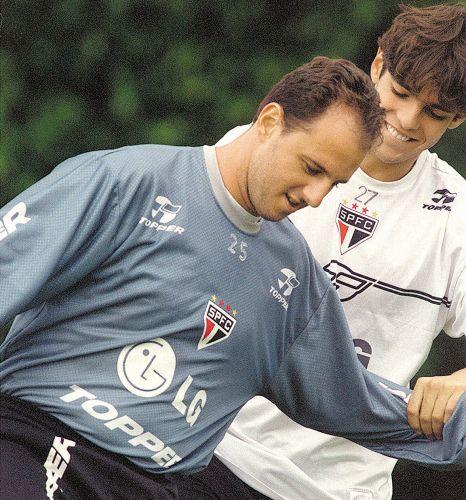 Rogério Ceni brinca com Kaká durante treino do São Paulo, em janeiro de 2003