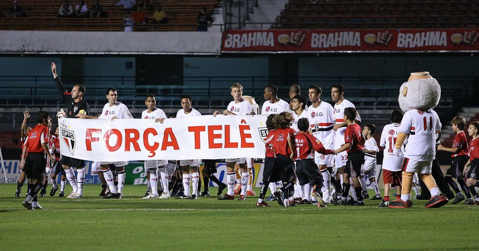 Jogadores do São Paulo exibem mensagem de apoio ao técnico bicampeão mundial com o clube Telê Santana, que estava internado, antes de partida contra o América de Rio Preto, em 2006, no Morumbi