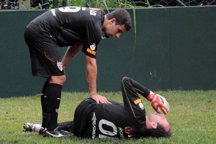 Lance do treino do São Paulo em que o goleiro Rogério Ceni fratura o tornozelo direito, no CT da Barra Funda, em São Paulo, SP
