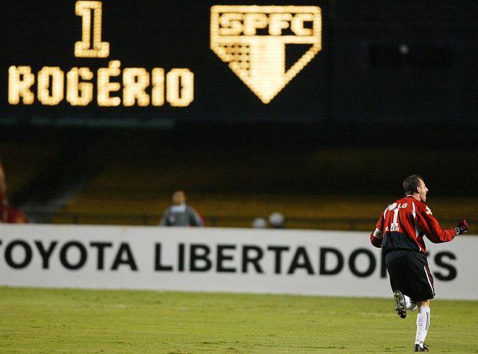 Rogério Ceni comemora gol marcado contra o Deportivo, durante partida disputada no Morumbi, pela Libertadores da América de 2004. O São Paulo venceu o Deportivo Táchira por 3 a 0