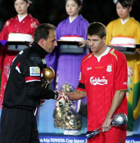 Ceni cumprimenta Steven Gerard. Goleiro tricolor fechou o gol na final do Mundial de 2005, fazendo grande defesa em cobrança de falta do meio-campista do Liverpool. São Paulo venceu por 1 a 0.