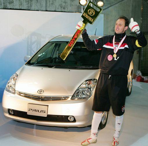Eleito o melhor jogador do Mundial de Clubes da Fifa de 2005, Rogério Ceni erque a chave do carro que ganhou como prêmio, em Yokohama, no Japão. São Paulo venceu o Liverpool por 1 a 0 e se tornou o primeiro clube brasileiro a conquistar o tricampeonato mundial
