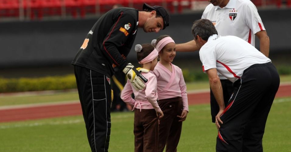 Ceni apresenta suas filhas ao técnico Paulo César Carpegiani