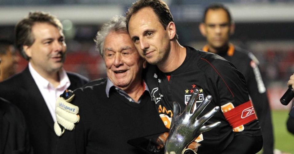 Presidente do clube, Juvenal Juvêncio, premia Rogério Ceni, pelos 20 anos do goleiro no São Paulo